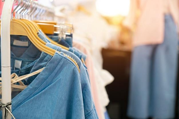 Ropa de color pastel. ropa femenina en el carril abierto de la ropa