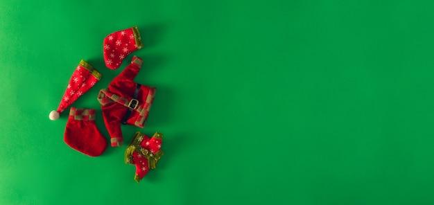 Ropa decorativa de navidad sobre fondo azul. copie el espacio. enfoque selectivo.