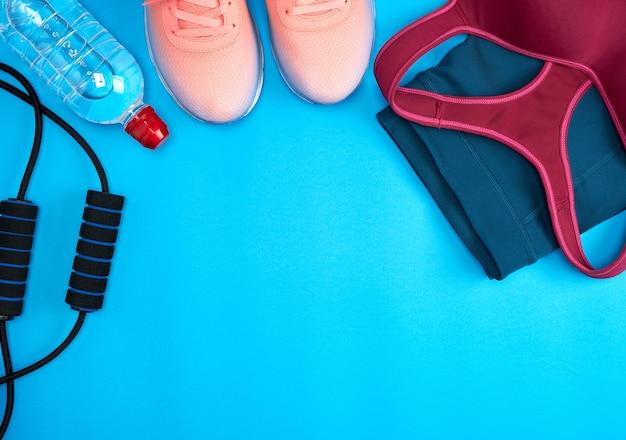 Ropa deportiva femenina para deportes activos y zapatillas rosas.
