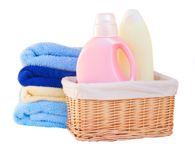 Ropa con detergente en canasta aislado