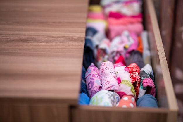 Ropa doblada para almacenamiento vertical en el cajón de la ropa.