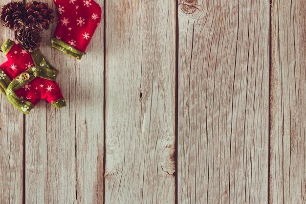 Ropa de duende navideño y media sobre fondo de madera. copie el espacio. enfoque selectivo.