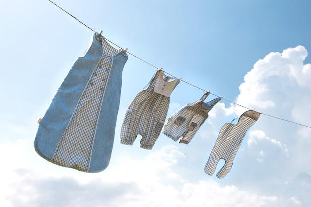 Ropa infantil en linea de lavanderia.