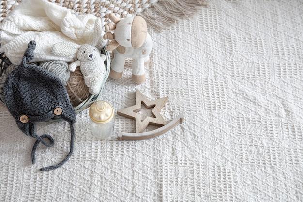 Ropa infantil tejida sobre un fondo claro con accesorios.