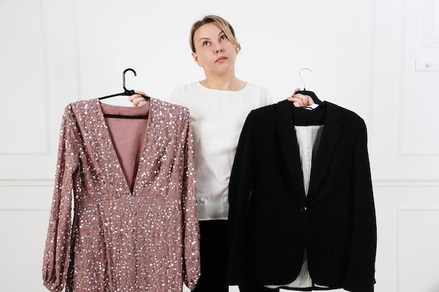 Ropa, moda, estilo y concepto de personas mujer eligiendo ropa en casa vestuario