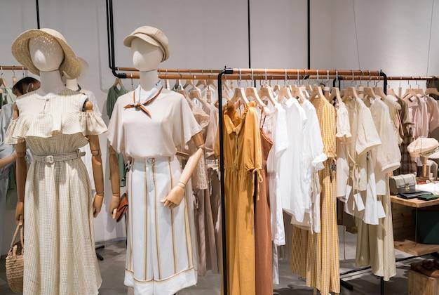 Ropa de moda femenina en escaparates de shopping.