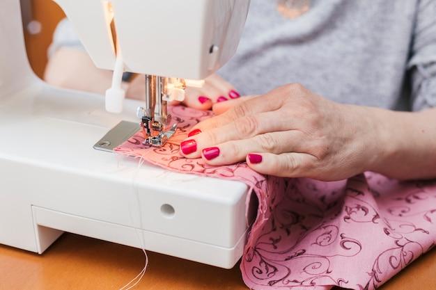 Ropa de mujer joven en la máquina de coser