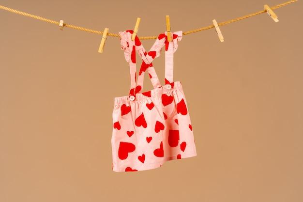 Ropa para niños sujeta a un tendedero para secar