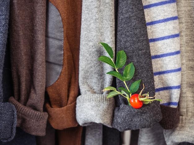 Ropa de otoño e invierno colgada de perchas en el vestidor. no hay gente, primer plano. concepto de belleza y moda