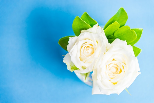 Rosa blanca en florero de cristal