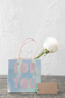 Rosa en bolsa de papel con inscripción para ti.