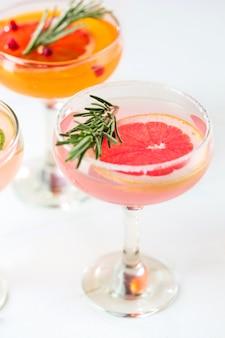 La rosa cócteles exóticos y frutas en rosa