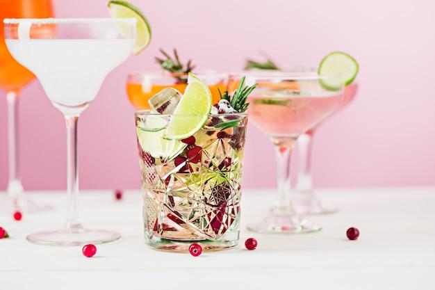 Rosa cócteles exóticos y frutas en rosa