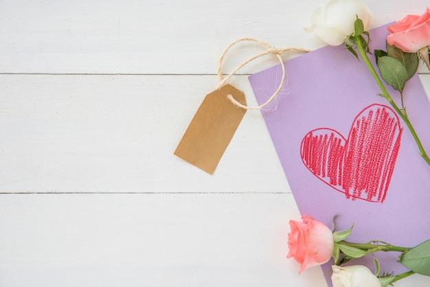 Rosa flores con corazón dibujo sobre papel.