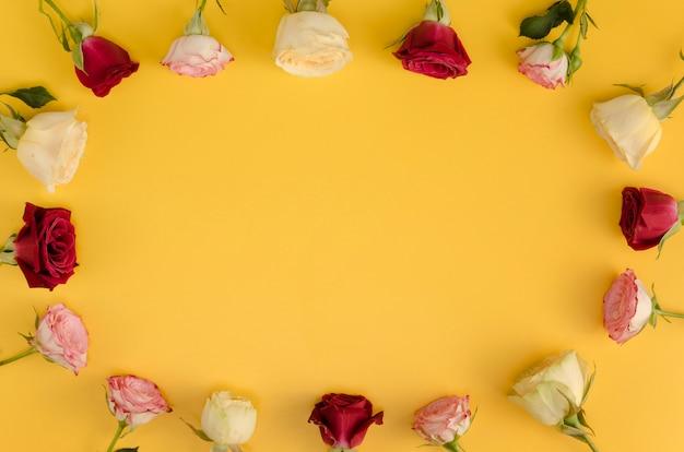 Rosa flores que rodean el espacio de copia
