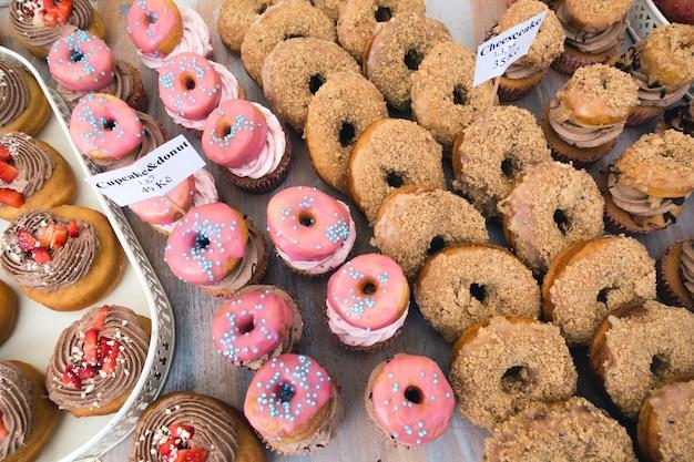 Rosa y marrón donuts aéreos