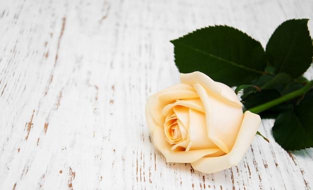 Rosa en una mesa de madera