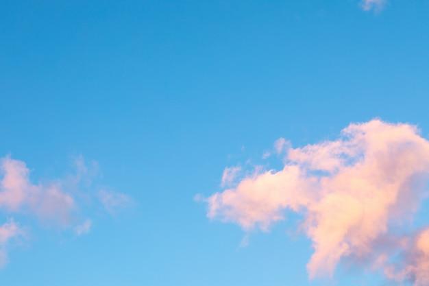 Rosa-naranja nubes contra el cielo azul. puesta de sol.
