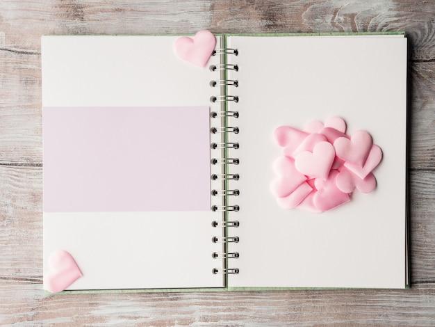 Rosa pastel de corazones y carpeta de anillas de tarjeta en blanco púrpura