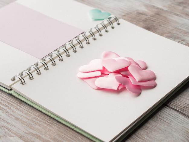 Rosa pastel corazones y tarjeta en blanco púrpura