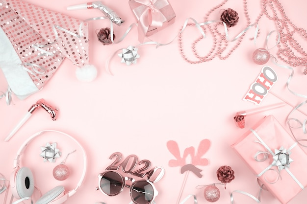 Rosa pastel decoración de navidad para el marco de la víspera de año nuevo, sobre fondo rosa