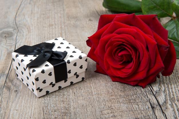 Una rosa y un regalo para el día de san valentín.