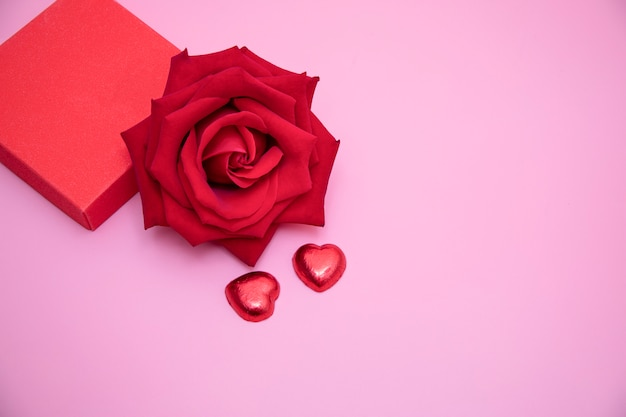 Rosa roja y corazones de caramelo rojo