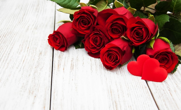 Rosa roja y corazones