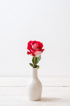 Rosa roja sobre madera