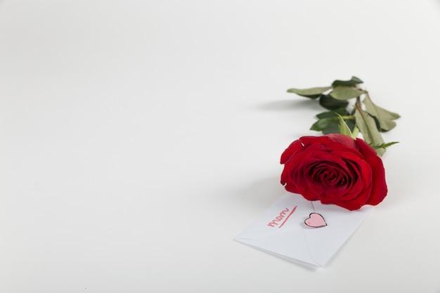 Rosa roja y sobre