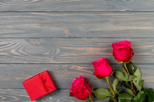 Rosa rosa flores con caja de regalo.