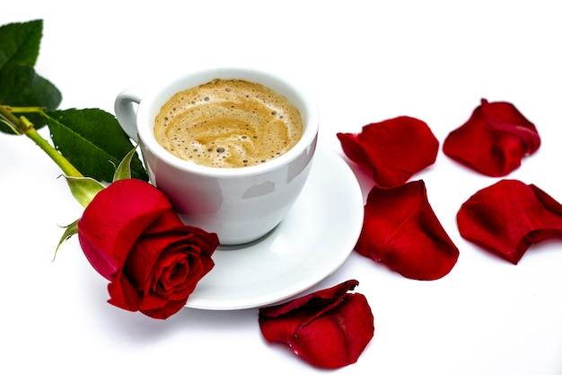 Rosa de san valentín con pétalos y café