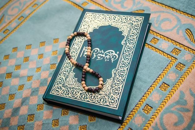 Rosario musulmán y libro de oraciones sobre la alfombra