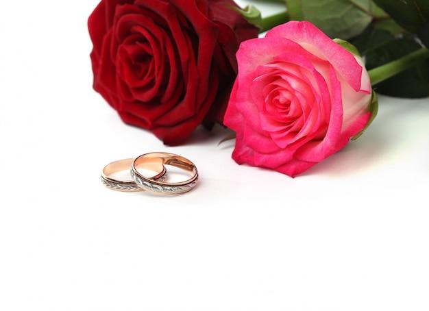 Rosas y anillos de boda.