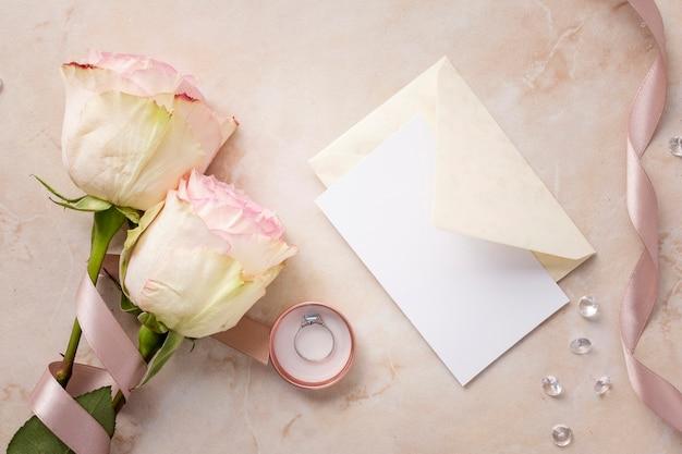 Rosas blancas y tarjeta de boda