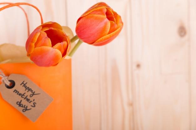 Rosas en bolsa con etiquete para el día de la madre