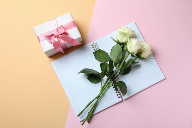 Rosas, caja regalo y cuaderno en dos tonos