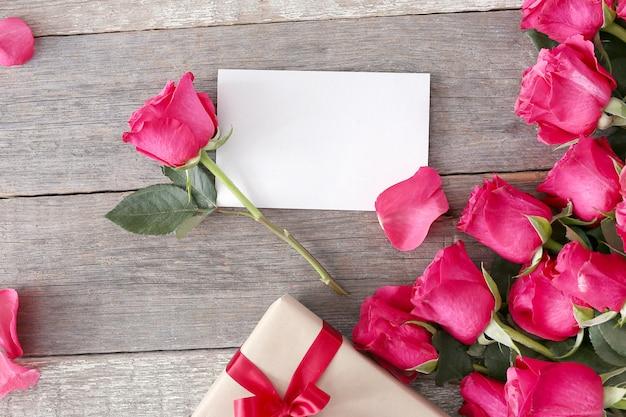 Rosas y caja de regalo para san valentín