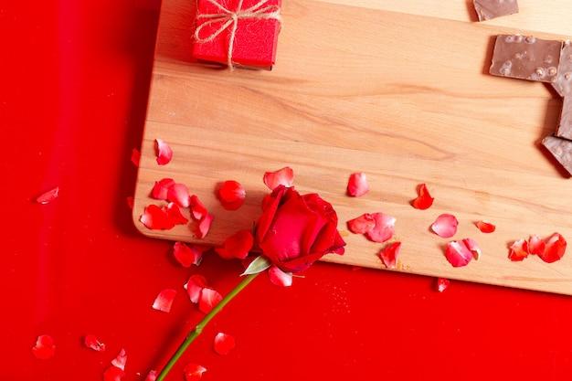 Rosas y chocolate regalo de san valentín, fondo para el día de san valentín
