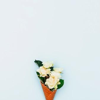 Rosas en cono de waffle sobre mesa