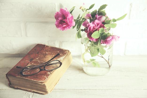 Rosas, copas y libro