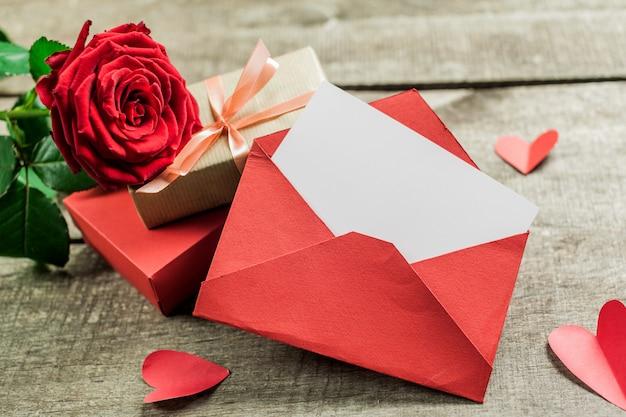 Rosas y corazones sobre tabla de madera, fondo del día de san valentín