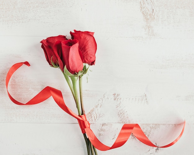 Rosas con corbata roja y copie el espacio.