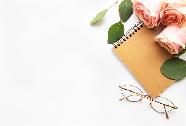 Rosas y cuaderno