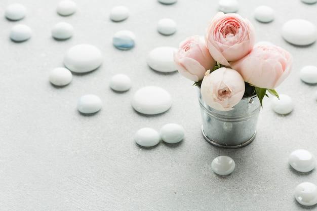 Rosas en un cubo metálico vista alta