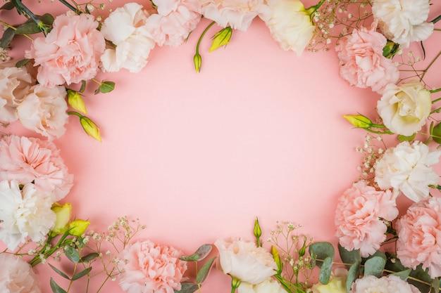Rosas encantadoras con espacio de copia