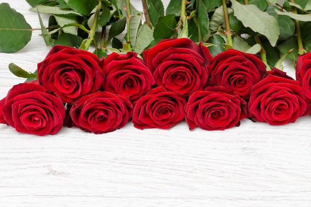 Rosas escarlatas en madera clara