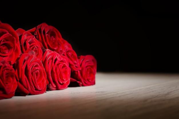 Rosas escarlatas en negro