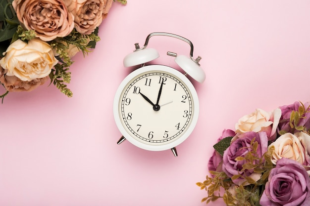 Rosas de flor al lado del reloj