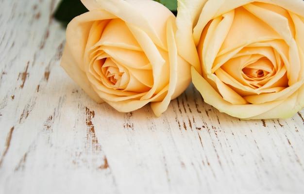 Rosas en una mesa de madera